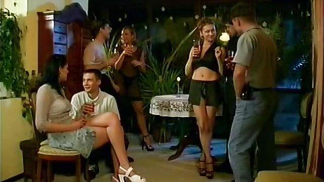 Chica pelirroja con cuerpo en forma haciendo más ejercicio en la webcam video eroticoxxx