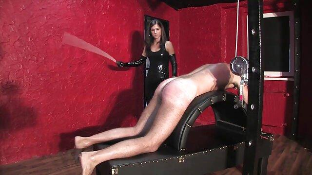 Pellizca su montículo de coño durante un masaje con aceite videos con relatos eroticos desnudo