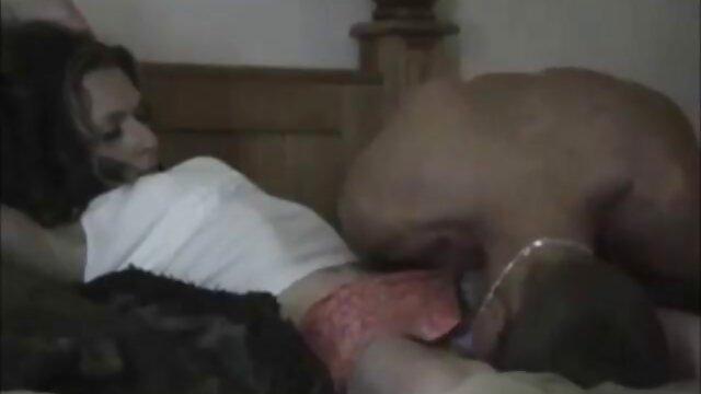 Hija ver videos de masajes eroticos quiere dar una mamada en patines