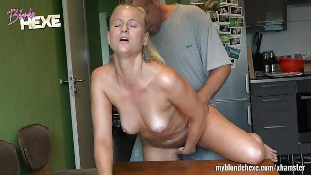 Chica joven de video erótico aspecto inocente toma polla en el culo.mp4